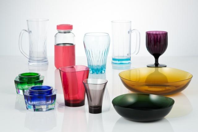 トライタンで開発した製品例。ガラスのような透明性を持ちながら、強じんで割れにくい。安全性もあり、子供用の製品にも使える