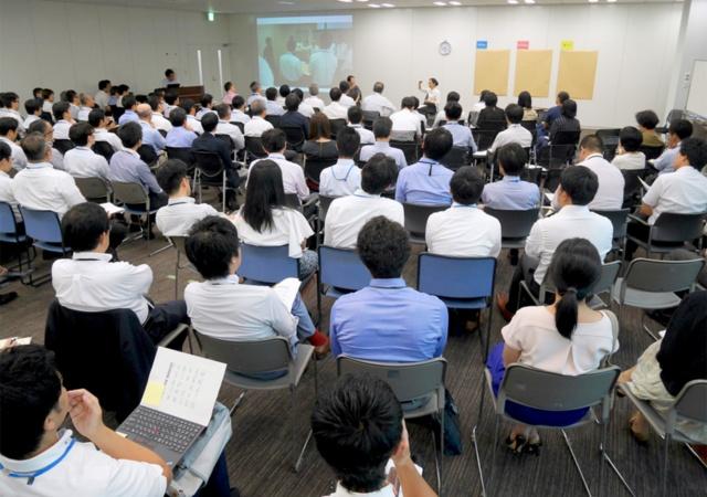 特許庁内で8月29日に開催されたキックオフミーティングでは、特許庁だけでなく経済産業省からも参加者がいた