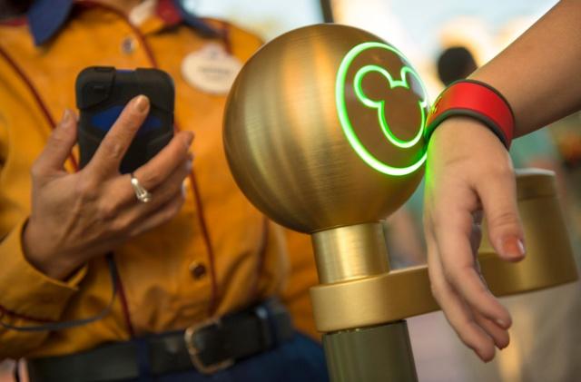 マジックバンドをタッチすることでファストパスの利用も可能 写真提供/The Walt Disney World Company