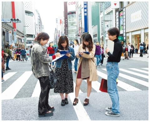 東京での街頭調査の様子。東京らしさを浮き彫りにするために、上海、ソウル、ニューヨーク、パリでも同様の街頭調査を行っている