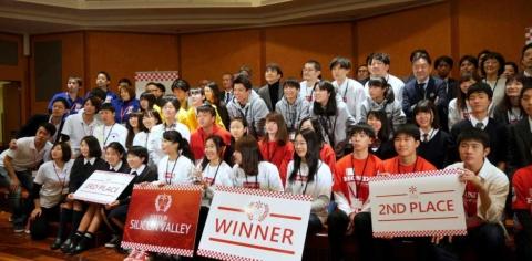 275人の中高生が参加し、その中から優秀なアイデアを評価された8チームが決勝大会で最終プレゼンに臨んだ。その結果、カシオ計算機のテーマに応じた「今を翔ける少女。」チームが優勝した