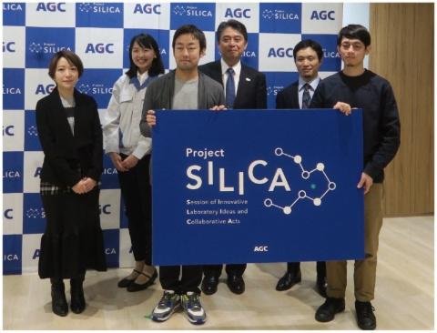 AGCは2018年の12月12日、東京・京橋のAGC Studioで同社のオープンイノベーション戦略と協創プロジェクト「SILICA」について発表した。写真は左から、古市淑乃建築設計事務所の古市淑乃氏、AGCの商品開発研究所の續木南氏、DOMINO ARCHITECTSの大野友資氏、AGCの代表取締役兼専務執行役員CTOの平井良典氏、A(エイス)の代表取締役の山田歩氏、ふしぎデザインのプロダクトデザイナー秋山慶太氏