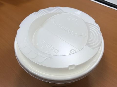 カップにはカップ焼きそばと同様に湯切り穴が付いている