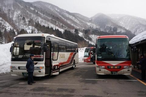 金沢-高山間など鉄道が不便な区間では訪日客の利用が増加(写真は中間地点の白川郷に停車している高速バス)。インバウンド対応の予約サイトの整備などが今後の課題だ