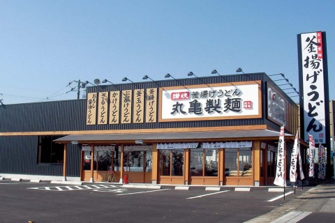 2000年に1号店を開店。今や全国に約820店舗を展開する、うどんチェーン最大手の「丸亀製麺」。海外にも約200店を出店