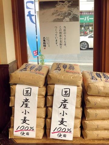 素材へのこだわりを店内のポスターにして「国産小麦粉使用」を改めて強調。安心感と信頼感を高めている