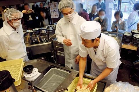 2019年3月に「大人のための社会科見学会」を実施。参加者はミキシングや圧延など、こだわりの店内製麺を体験。大人を対象にした体験会は丸亀初の試みだ