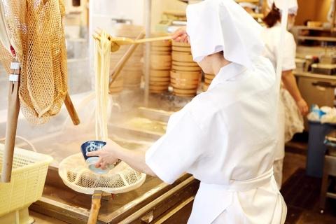 店内で作った麺を、その場でゆで上げ、出来たての感動を届ける仕組みが丸亀のブランド資産