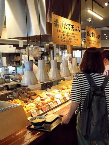 うどんを注文し、トッピングする天ぷらなどを選びながらレジへと進む。出来たてを、いかに迅速に口にしてもらうか。今後、改善が進む