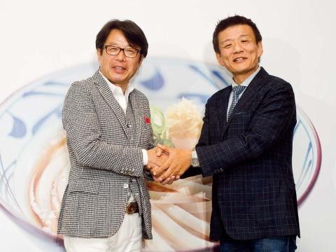 丸亀製麺を運営するトリドールホールディングスの粟田貴也社長(左)と、マーケティング精鋭集団「刀」の森岡毅氏。2018年9月から正式にタッグを組み、本格復活を目指す
