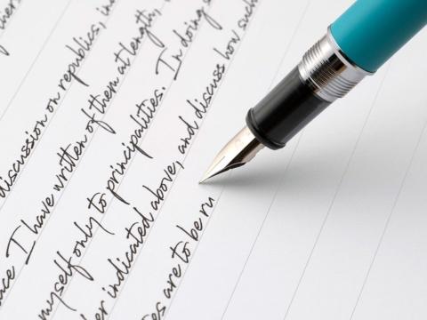 コシがあり柔軟性に優れた五角絞りの大型ペン先。程よくしなることでステンレス製でありながら金のペン先のような書き心地を実現した
