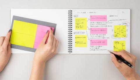 アイデア用ノートで付箋を使用した際のイメージ画像。横型で専用の付箋が付属しているのが特徴。写真のノートはB5サイズ