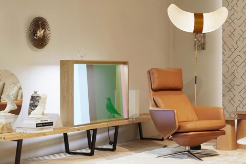 透過型液晶を使ったテレビのコンセプトモデル「Vitrine」。スイスの家具メーカーVitraとパナソニック、スウェーデンのデザイナーが共同開発した