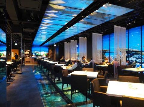 東京・築地の日本料理「魚月(なづき)」のメインホールは、天井や壁、床までプロジェクションマッピングで演出(画像提供/ムーンライト)