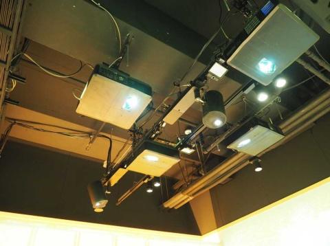 投映するため天井にプロジェクターを置いた。センサーなどもある