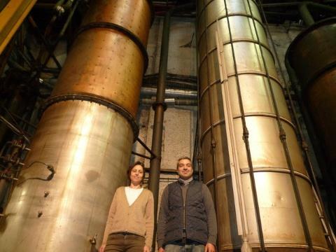 アン・アルボウ氏(左)とその兄のジェラルド・アルボウ氏(右)。彼らの努力とフランスワイン協会などの協力で、ワイン業者は保健所などで許可を得ればアルコールを薬局などに販売することができるようになった (c)Famille Arbeau