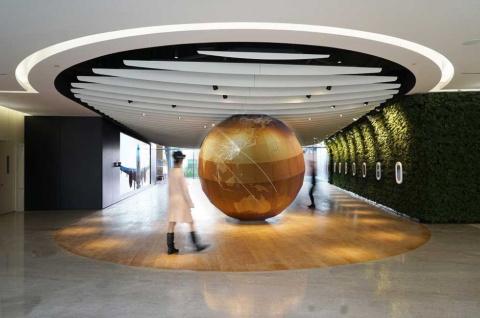 クリエイティブセンターの上海の拠点が担当した中国東方航空のショールーム。木製の巨大な地球儀や飛行機の客室窓を模したインテリアなど、AR (拡張現実)コンテンツを取り入れた体験型ショールーム