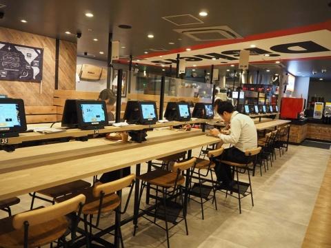 東京・新宿にオープンした「ディッシャーズ」。テーブルやカウンターにタブレット型の注文用端末を設置している