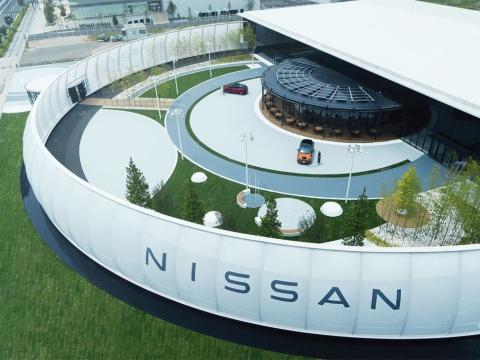 中央の「NISSAN CHAYA CAFE」は、屋根で太陽光発電し、日産リーフの蓄電池にためた電力を店内で使用(写真/加藤純平)