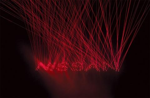 赤い光線で、先進的なセンシング技術を疑似的に再現したインスタレーション(写真/加藤純平)