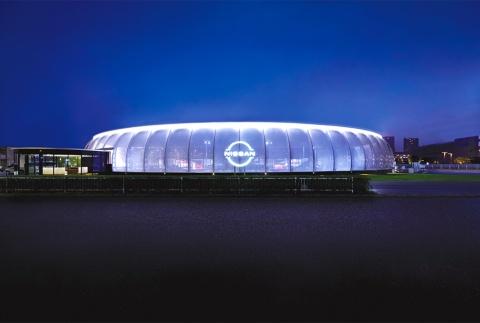夜の「ニッサン パビリオン」。ファサードにメッシュ素材の膜を用いて、内外を緩やかに区切り近未来を演出した。オープン期間は2020年8月1日~10月23日(写真/ナカサアンドパートナーズ)