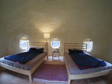 ベッドを2台設置するのがインスタントハウスの基本スタイルだが、親子連れなどを想定し、3組の布団を敷き詰めた部屋もある
