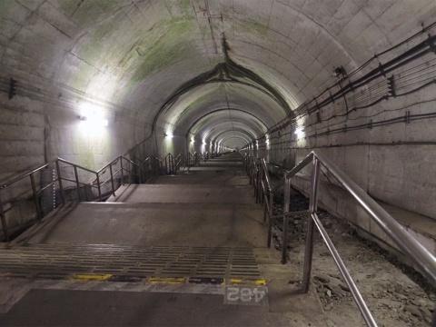 土合駅といえば、地下深くまで続くこの階段。ここに来るまでの連絡通路で24段、写真の階段が462段、合わせて486段を下りたところに下り線のホームがある