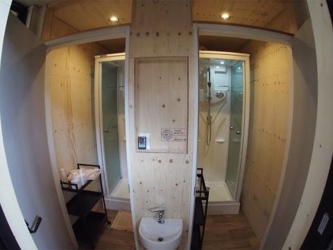 新たに水洗トイレと機能的なシャワーブースが建設され、快適な宿泊が可能だ