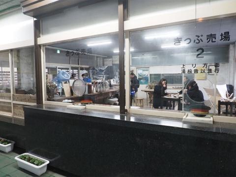 宿泊施設のスタッフはシフト制で常駐するが、駅としてはあくまでも無人。必要なくなった駅務室は喫茶「mogura」として20年8月から営業中