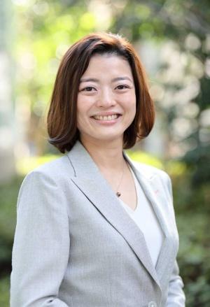 荒川陽子氏 2003年HRR(現リクルートマネジメントソリューションズ)入社。営業職として中小~大手企業までを幅広く担当。顧客企業が抱える人・組織課題に対するソリューション提案を担う。12年から管理職として営業組織をマネジメントしつつ、15年には同社の組織行動研究所を兼務し、女性活躍推進テーマの研究を行う。20年より現職