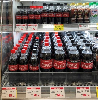 東京都内のあるスーパーでは、350ミリリットル(左上)、500ミリリットル(中央上・コカ・コーラ ゼロのみ)、700ミリリットル(左下)、1.5リットル(右下)と4種類の容量がすべて置かれていた