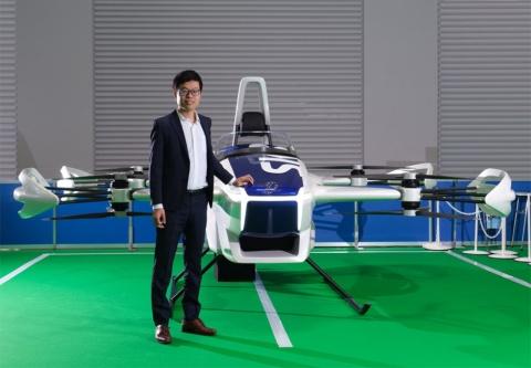 SkyDrive代表取締役CEOの福澤知浩氏。東京大学工学部卒業後、2010年にトヨタ自動車に入社し、グローバル調達に従事。同時に多くの現場でのトヨタ生産方式を用いた改善活動により原価改善賞を受賞。18 年にSkyDriveを設立し、「空飛ぶクルマ」と「物流ドローン」の開発を推進。経済産業省と国土交通省が実施する「空の移動革命に向けた官民協議会」の構成員として、「空飛ぶクルマ」の実用化に向けて政府と新ルール作りにも取り組む。Forbes JAPAN「日本の起業家ランキング2021」のTOP20に選出、MIT Technology Reviewの「Innovators Under 35 Japan 2020」を受賞