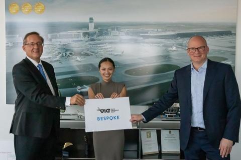 ビースポークのチャットボット技術は、成田国際空港や仙台空港といった国内空港に加え、新型コロナウイルス感染拡大対策としてウィーン国際空港でも採用された。写真中央はビースポーク創業者の綱川氏