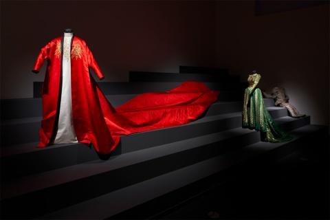 アカデミー賞を受賞した映画「ドラキュラ」の衣装も展示(「石岡瑛子 血が、汗が、涙がデザインできるか」展示風景、東京都現代美術館、2020年。Photo: Kenji Morita)