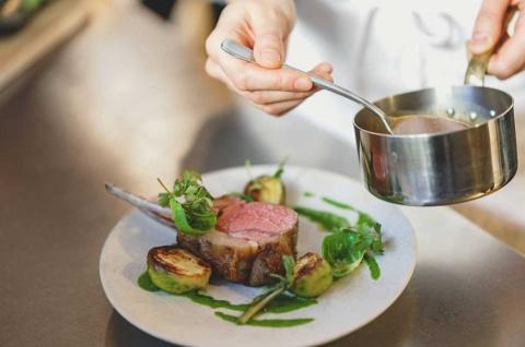 「シェフレピ」は、料理人のテクニックや食材の知識といった知的財産を学べる「スタディー型」のミールキットサービスだ