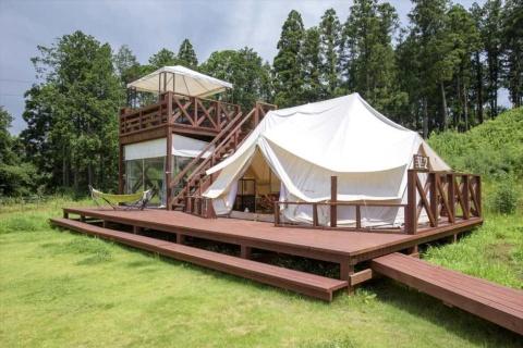 ザファームのグランピング用テントの定員は2人から最大4人。2階建てウッドデッキ付きテントなどさまざまなタイプがある