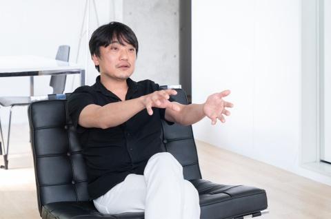 VRゲームを手掛けるThirdverse(東京・品川)のCEO(最高経営責任者)、國光宏尚氏。2007年にgumiを創業し、SNSなどのモバイルインターネット事業を展開。さらに、VR(仮想現実)やブロックチェーン関連ビジネスも次々と手掛けた。21年7月にgumi会長を退任し、同年8月から現職