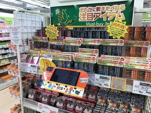 サッポロドラッグストアーの商品棚。毎週100万件弱に上る中国人の口コミ分析などを品揃えに生かす。中央手前が商品説明を多言語で表示するタブレット型翻訳機