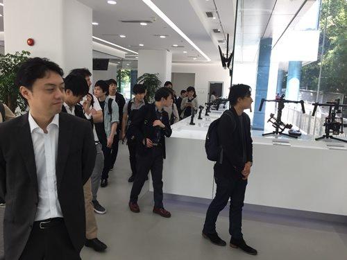 商用ドローン業界最大手で、民間における世界シェア約70%を占めるDJIを訪ねた。写真左手前は、松尾豊・東京大学大学院特任准教授