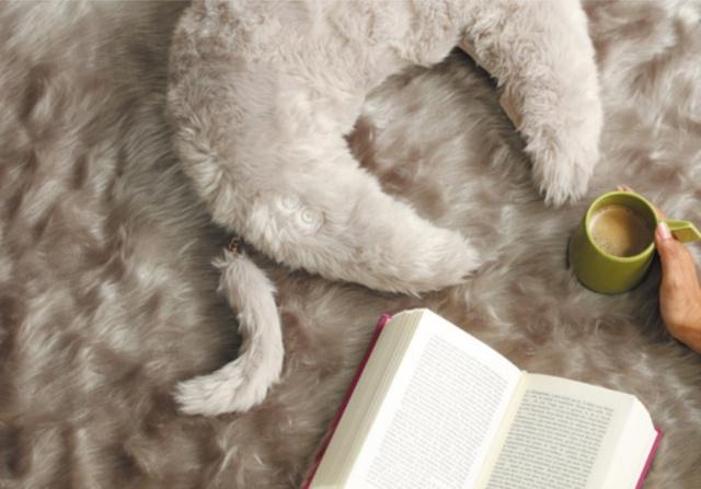 マッサージ機「ルルド ホットネックマッサージピロー」。尻尾が付いていて、ペットを抱いているような気分を味わえる。価格は7800円(税抜き、以下同じ)