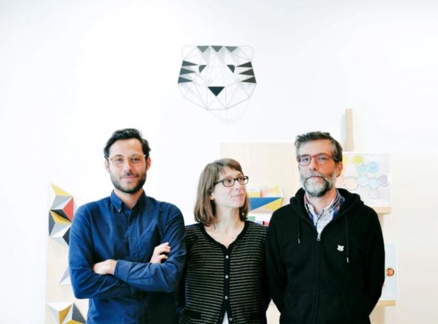 PAPIER TIGRE(パピエ ティグル)は、デザイナーのジュリアン・クレスペル氏(右)とアガット・デムーラン氏(中央)、マーケティングと広報を担当するマキシム・ブレノン氏(左)の3人で、主に紙を用いたプロダクトのデザイン、制作、販売を行うブランドとして2011年に設立。パリを拠点に活動を始め、2017年9月に東京・日本橋浜町に世界で2番目の直営ショップ「PAPIER TIGRE TOKYO」をオープンした