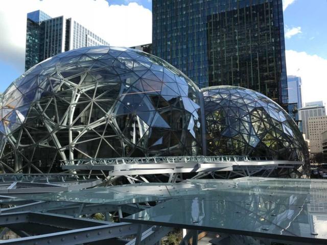 米シアトルのアマゾン・ドット・コム本社ビル。手前のアトリウムには植物園のような空間が広がる