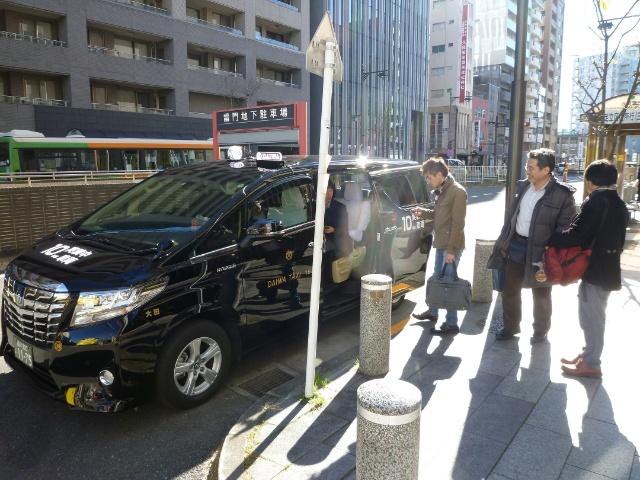 相乗りタクシーのイメージ(提供:未来シェア)。リアルタイムで乗客をマッチングし、複数の乗客を相乗りで目的地に届ける。従来のタクシーより多くの人数を安い料金で、路線バスより融通の利く新交通サービスが求められる
