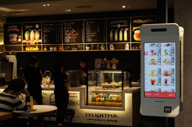 深圳のショッピングセンターにオープンしたケンタッキー・フライド・チキンの新店舗。従来のカウンターの手前にタッチパネル式の注文画面がある