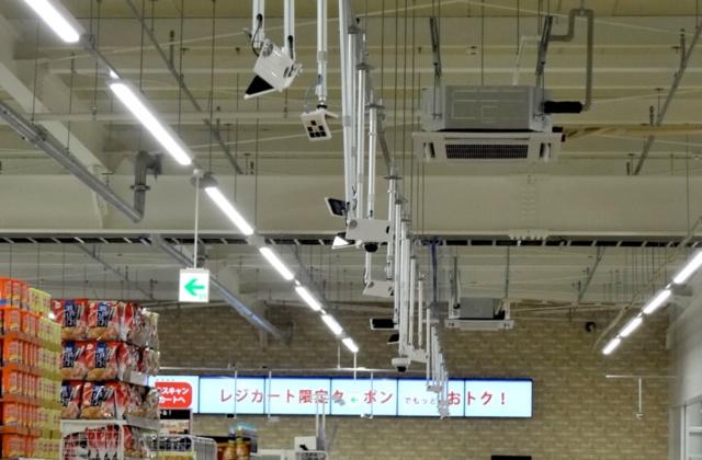 店内の天井に取り付けられたAIカメラ群