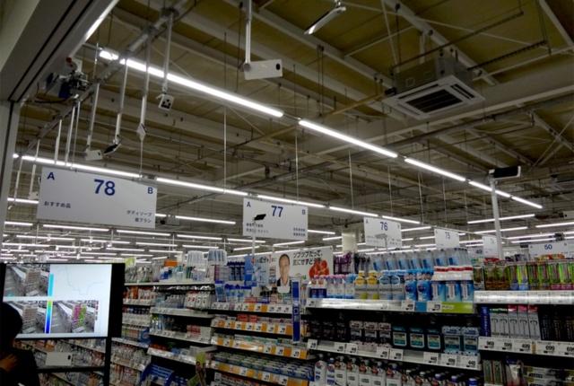 トライアルの新店舗の日用品売り場で、AI活用の実験を説明しているところ