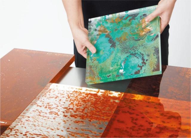 狩野佑真氏の「Rust Harvest(錆の収穫)」は、発生させた錆をアクリル樹脂に転写させてプロダクトへの応用を試みるプロジェクト