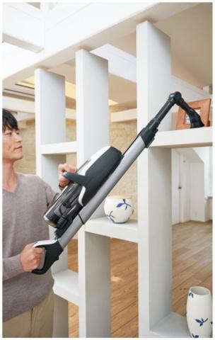 本体部分を上に移動してからノズルを交換すれば、棚の上など高い場所も掃除できる