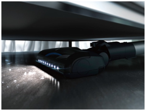 床用ノズルは垂直方向に90度曲がるので、ベッドの下など狭いスペースも掃除できる。LEDが光るので暗い所も掃除しやすい