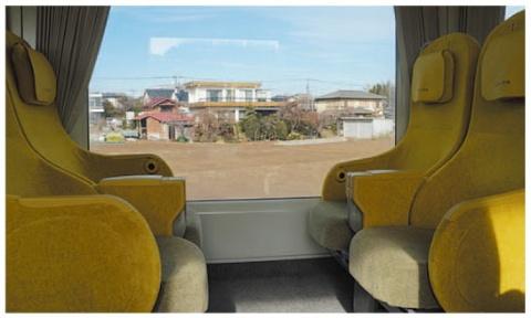 座面付近まで風景が広がる。座席間隔は1m強と広め